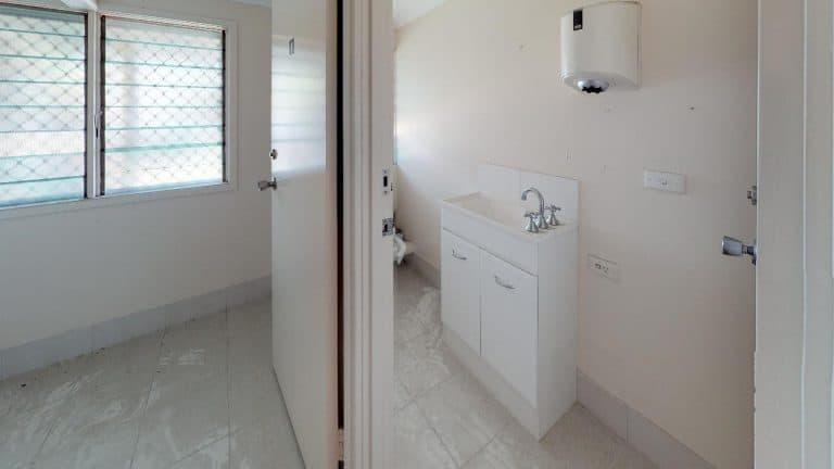 The-Clubby-Bathroom(2)