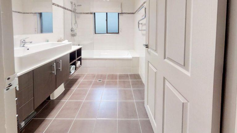 Esta-Bathroom